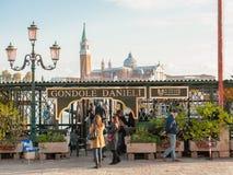 Туристы ждать гондолы в Венеции Стоковое Изображение RF