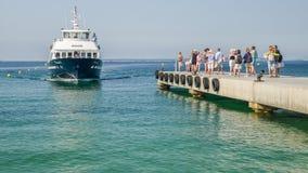 Туристы ждут для восхождения на борт парома принять их к назначениям на французской ривьере включая Канн и St Tropez стоковая фотография