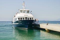 Туристы ждут для восхождения на борт парома принять их к назначениям на французской ривьере включая Канн и St Tropez стоковые фото