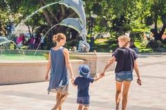 Туристы женщины и мальчика идут в парк атракционов Стоковое Изображение