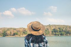 Туристы женщин посреди мирной природы, путешествовать туристов только для того чтобы найти красота природы стоковая фотография rf