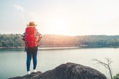 Туристы женщин посреди мирной природы, путешествовать туристов только для того чтобы найти красота природы стоковые фото