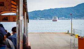Туристы ждут для восхождения на борт парома МЛАДШЕГО к Miyajima Стоковое Изображение RF