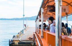 Туристы ждут для восхождения на борт парома МЛАДШЕГО к Miyajima Стоковые Изображения