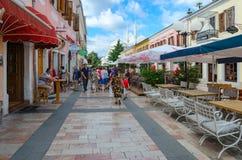 Туристы идут вдоль пешеходной улицы Rruga Kole Idromeno в Shkoder, Албании Стоковое Фото