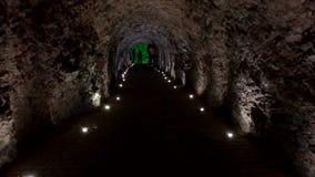 Туристы идут в тоннель пещеры сток-видео
