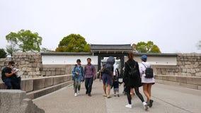 Туристы идут к замку Осака через вход, Japen сток-видео