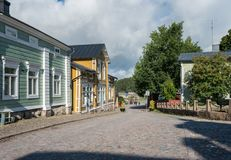 Туристы идут к старому квадрату в Porvoo, Финляндии Стоковая Фотография RF