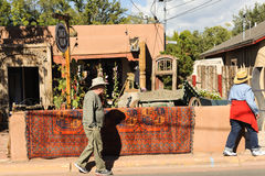 Туристы идя вдоль Canyon Road Стоковые Фотографии RF