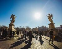 Туристы идя вокруг ` Angelo Ponte Sant стоковое изображение rf