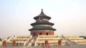 Туристы идя вокруг Temple of Heaven акции видеоматериалы