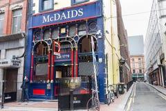Туристы идя в бар виска, Дублин, Ирландия Стоковые Фотографии RF