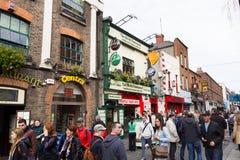 Туристы идя в бар виска, Дублин, Ирландия Стоковая Фотография RF