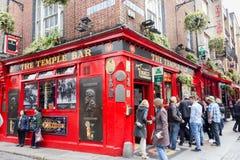 Туристы идя в бар виска, Дублин, Ирландия Стоковое Изображение