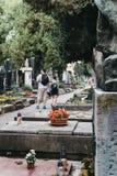 Туристы идя в кладбище Vysehrad в Праге, чехии стоковое изображение rf
