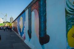 Туристы идя галереей Ист - Сайда часть Берлинской стены стоковые изображения