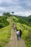 Туристы идя известная прогулка Campuhan Ридж в Ubud стоковое фото
