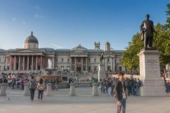 Туристы идя на квадрат Trafalgar стоковое фото rf