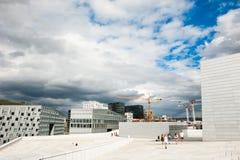 Туристы идя на крышу оперного театра Осло в Осло, Норвегии стоковое изображение