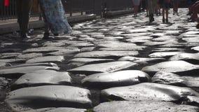 Туристы идя на старую римскую дорогу на colosseum в замедленном движении видеоматериал