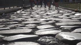 Туристы идя на старую римскую дорогу на colosseum в замедленном движении акции видеоматериалы
