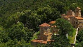 Туристы идя через старые руины Georgia, зеленые горы, туризм акции видеоматериалы
