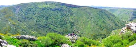 туристы Израиля направляющего выступа края скалы Стоковые Изображения RF