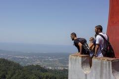 Туристы изумленные на красивом пейзаже стоковые фото
