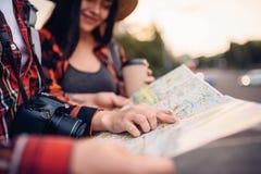 Туристы изучают карту привлекательностей города стоковое изображение rf