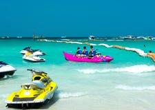 Туристы имея потеху с бананом на пляже стоковые фото