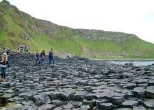 Туристы исследуют необыкновенные горные породы на гигантской мощёной дорожке ` s Стоковые Фотографии RF