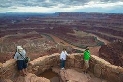 Туристы и ландшафт каньона пустыни фотографии Стоковое Изображение