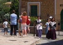 Туристы и местные девушки в Мальорке, Испания Стоковые Фотографии RF
