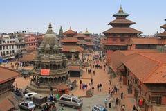 Туристы и местные люди посещая Patan Durbar придают квадратную форму в Непале Стоковые Изображения RF