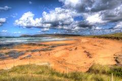 Туристы и посетители наслаждаясь песчаным пляжем на заливе Корнуолле Англии Великобритании Константина на корнуольском северном п Стоковая Фотография
