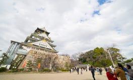Туристы идут вокруг замка Осака в зиме Стоковое Изображение