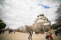 Туристы идут вокруг замка Осака Стоковые Фото