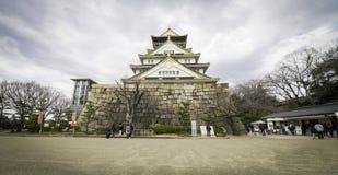Туристы идут вокруг замка Осака Стоковая Фотография