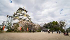 Туристы идут вокруг замка Осака Стоковое фото RF