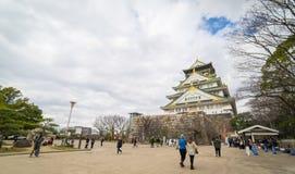 Туристы идут вокруг замка Осака Стоковое Фото