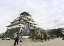 Туристы идут вокруг замка Осака Стоковые Изображения