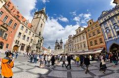 Туристы идут вокруг старой городской площади в Праге ждать s Стоковые Изображения