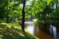 Туристы идут в парк города в лете в Риге Стоковое фото RF