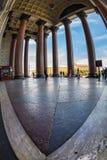 Туристы идут в тени величественных столбцов St Исаак Стоковая Фотография RF