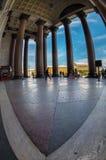 Туристы идут в тени величественных столбцов St Исаак Стоковые Фотографии RF
