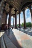Туристы идут в тени величественных столбцов St Исаак Стоковое Изображение RF