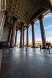 Туристы идут в тени величественных столбцов St Исаак Стоковые Изображения RF