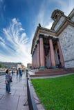 Туристы идут в тени величественных столбцов St Исаак Стоковое Изображение