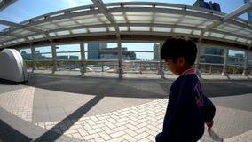 Туристы идут в торговые центры Odaiba видеоматериал
