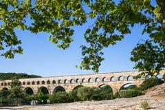 туристы идут к старому римскому мост-водоводу Pont du Гару Стоковое фото RF